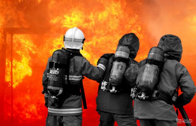 Более ста человек заняты тушением пожара на складе под Петербургом