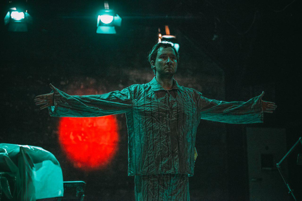 Человек-подушка румынского театра Art Theatre
