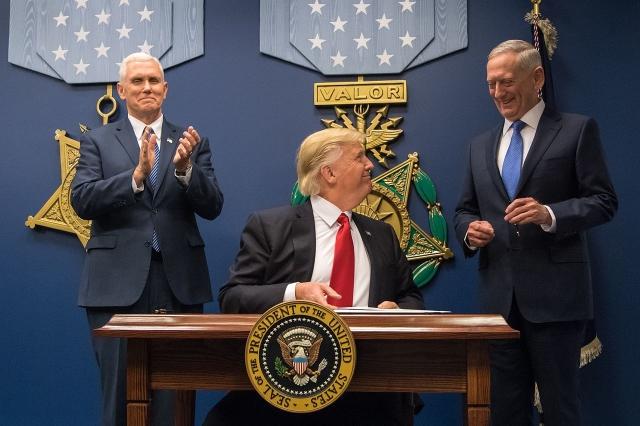 Джеймс Маттис приведен к присяге в качестве 26-го министра обороны на церемонии под председательством президента Дональда Трампа и вице-президента Майка Пенса в Пентагоне . Вашингтон