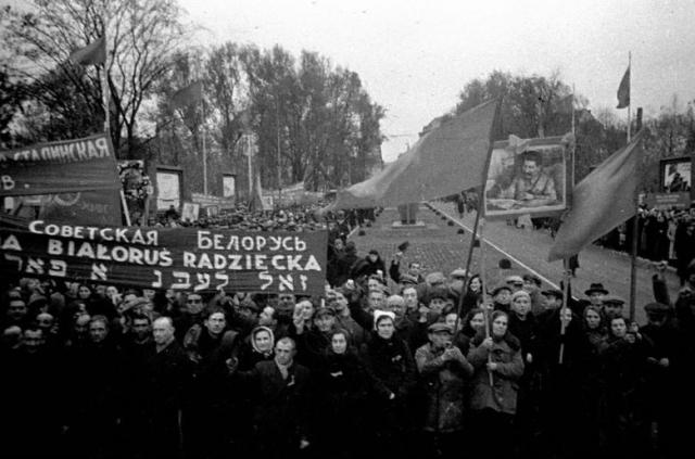 Жители Западной Белоруссии с красными флагами приветствуют солдат Красной Армии. 1939