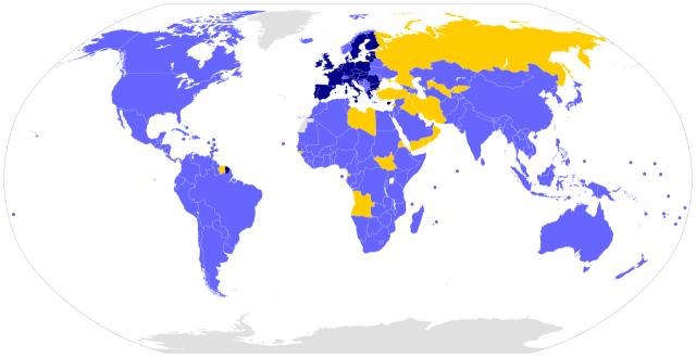 Оранжевым цветом обозначены страны, ратифицировавшие Парижское соглашение; синим — подписанты, в том числе темно-синим — страны Евросоюза