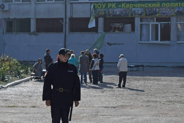 Сотрудник Росгвардии на месте трагедии в Керчи