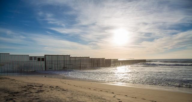 Побережье Тихого океана. Стена на границе Мексики и США