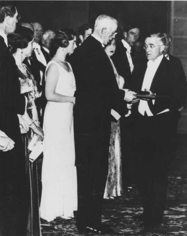 Вручение Нобелевской премии по химии в 1932 году Ирвингу Ленгмюру, побоявшемуся заявить под давлением Нильса Бора об открытии холодного синтеза