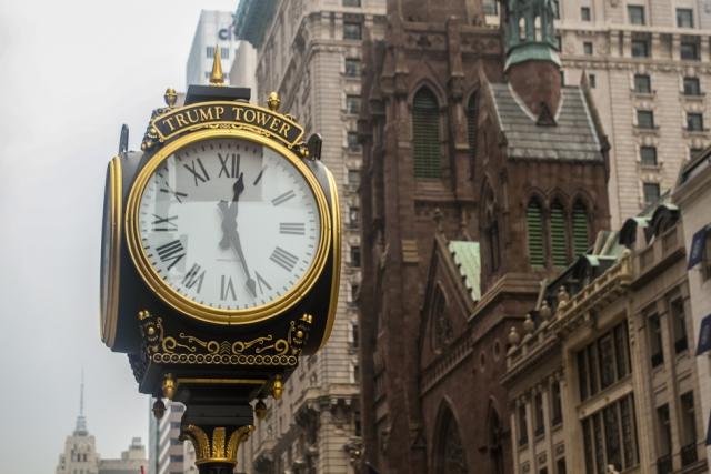 Часы Trump Tower на пятой авеню в Манхэттене, Нью-Йорк