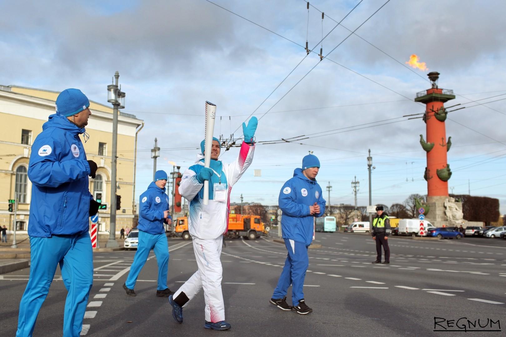 Эстафета огня Универсиады в Петербурге на стрелке Васильевского острова