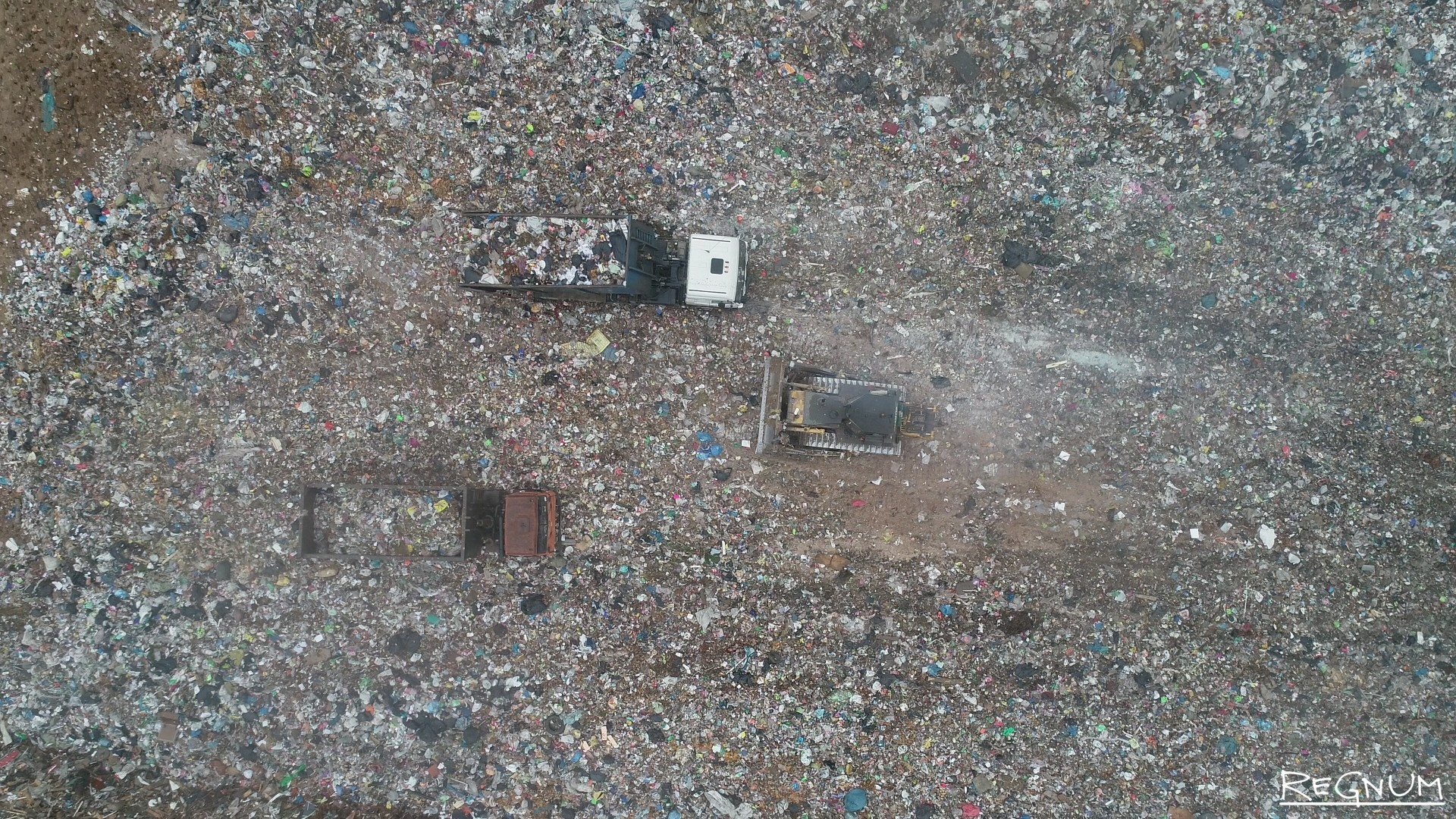 Даже с высоты птичьего полета видно, что мусор в основном состоит из полиэтиленовых пакетов