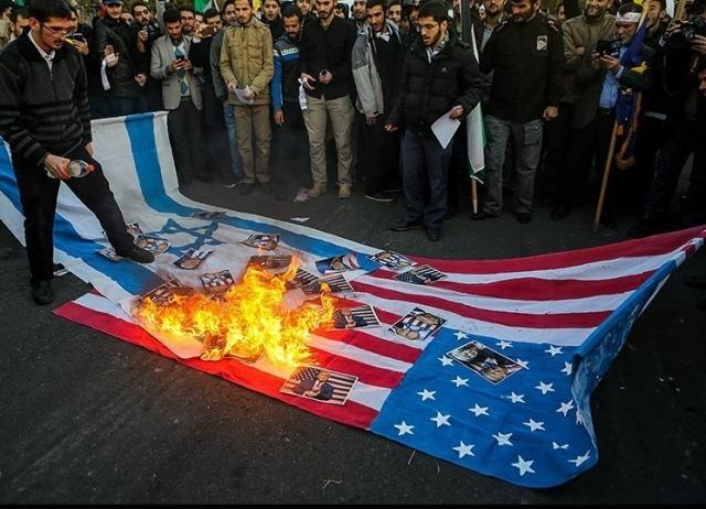 Протестующие сжигают американский и израильский флаги