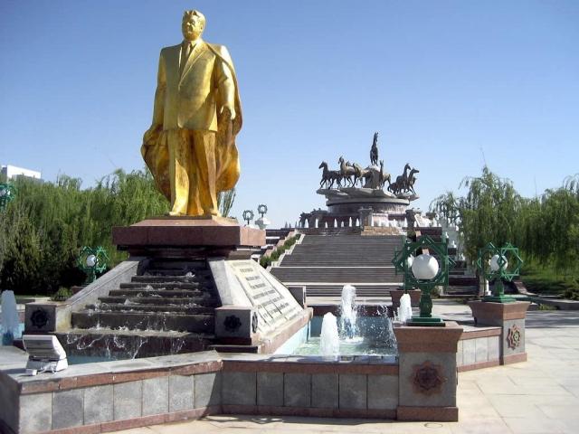 Золотая статуя Сапармурата Ниязова в Ашхабаде