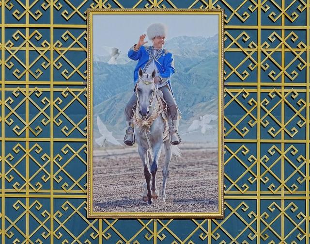 Гурбангулы Бердымухамедов — «благодетель» на лихом коне