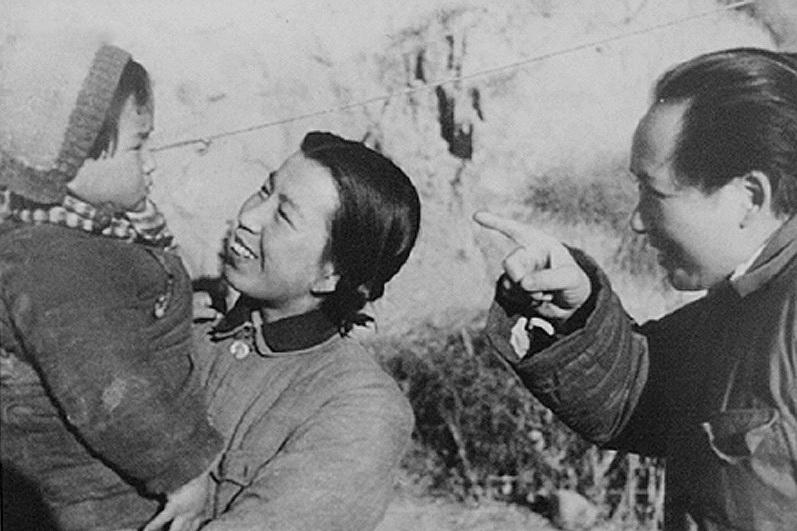 Мао Цзедун с женой и ребёнком в 1943 году
