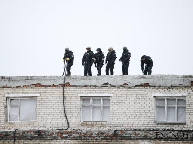 Бойцы Росгвардии на крыше школы