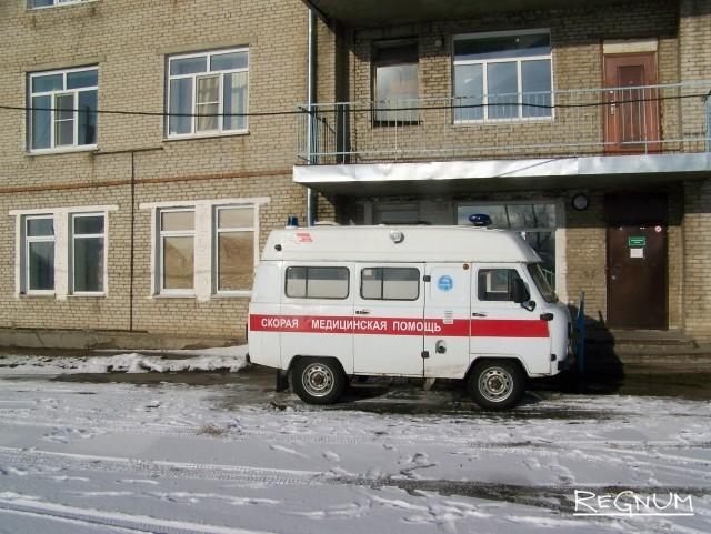 Машина скорой, дежурящая у здания ЦРБ Топчихинского района