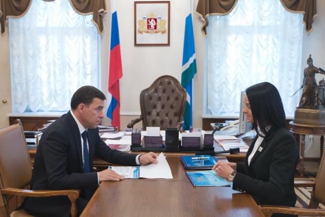 Ольга Глацких докладывает губернатору Евгению Куйвашеву о работе департамента молодёжной политики