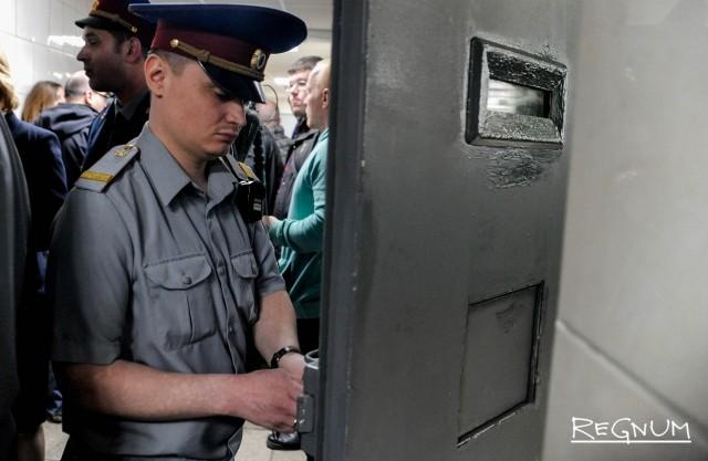 Сотрудники курского изолятора обвиняются в насилии над заключенным