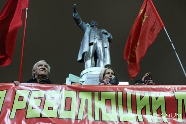 На акции в честь 7 ноября в Петербурге задержали активиста из-за Беглова
