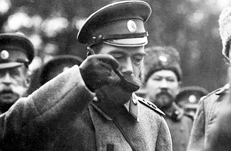 Николай II пробует солдатскую еду