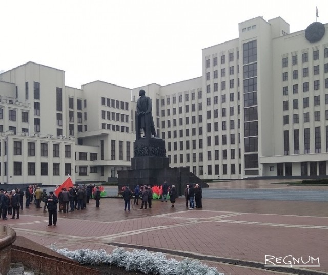 Белорусские коммунисты возлагают цветы памятнику Ленину 7 ноября в Минске