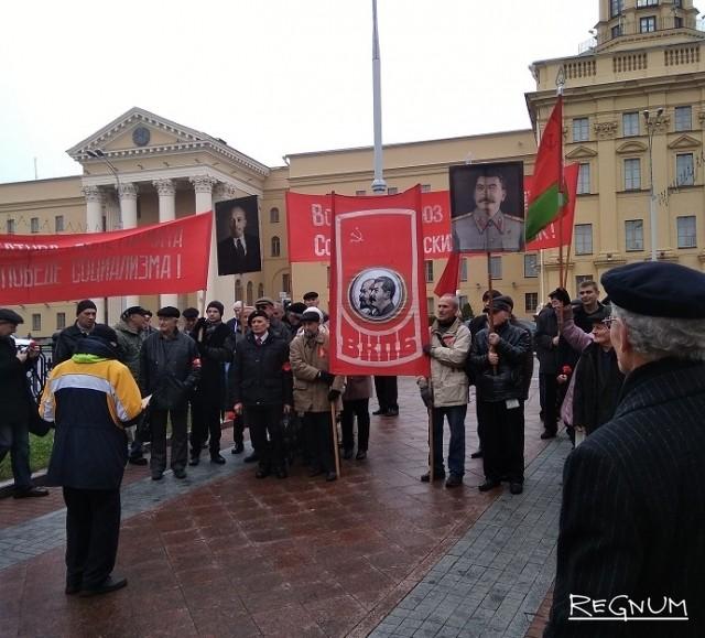 Торжественную речь 7 ноября у памятника Феликсу Дзержинскому зачитал белорусский учёный и активист коммунистического движения Генрих Симановский