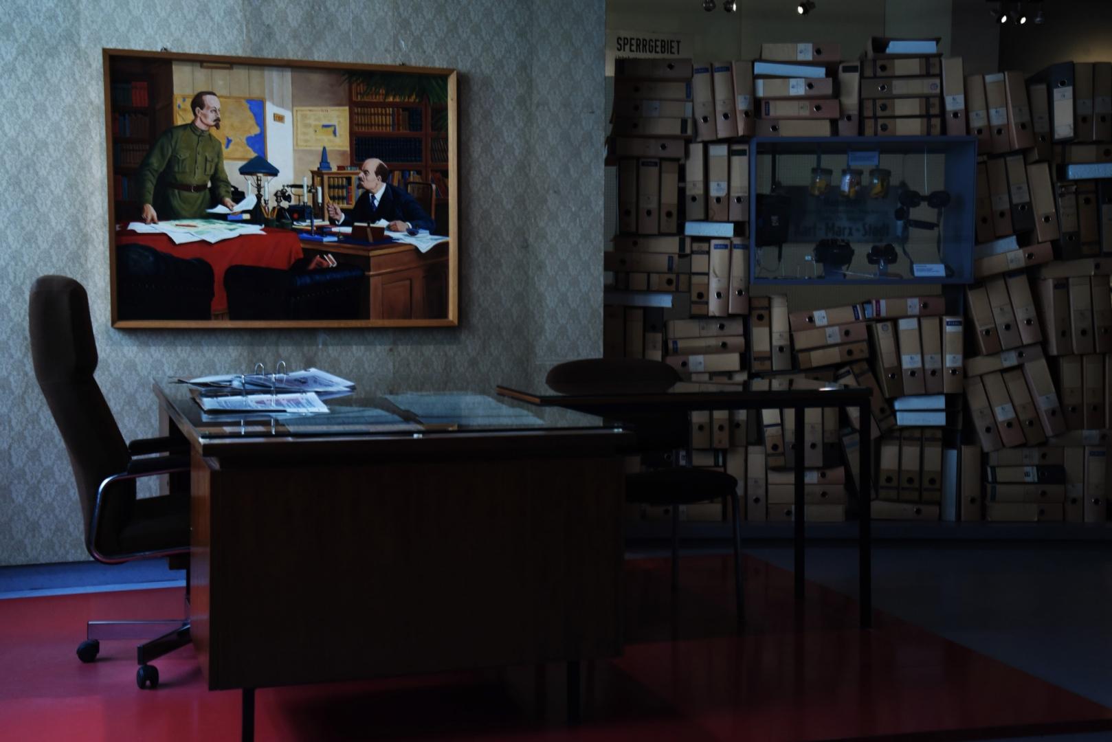 Экспонаты выставки «Разделение и единство, диктатура и сопротивление» в Лейпциге. Эта экспозиция рассказывает об истории диктатуры и сопротивления в ГДР. О том, каких прав и свобод были лишены «осси», о событиях, характеризующих отношения между государственной властью и населением