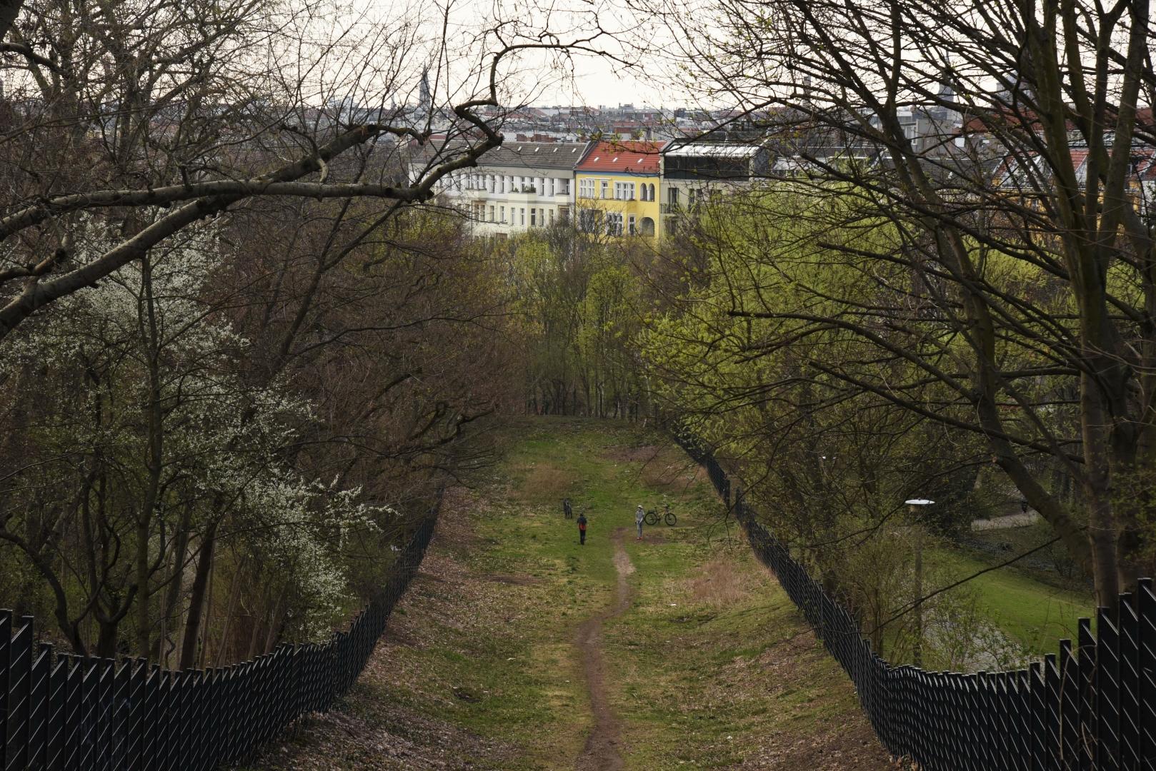 Вид сверху. Народный парк Фридрихсхайн ( Volkspark Friedrichshain) — первый городской парк в Берлине. Со времён ГДР и до наших дней в парке Фридрихсхайн сохранилось несколько десятков объектов, напоминающих об ушедшей эпохе