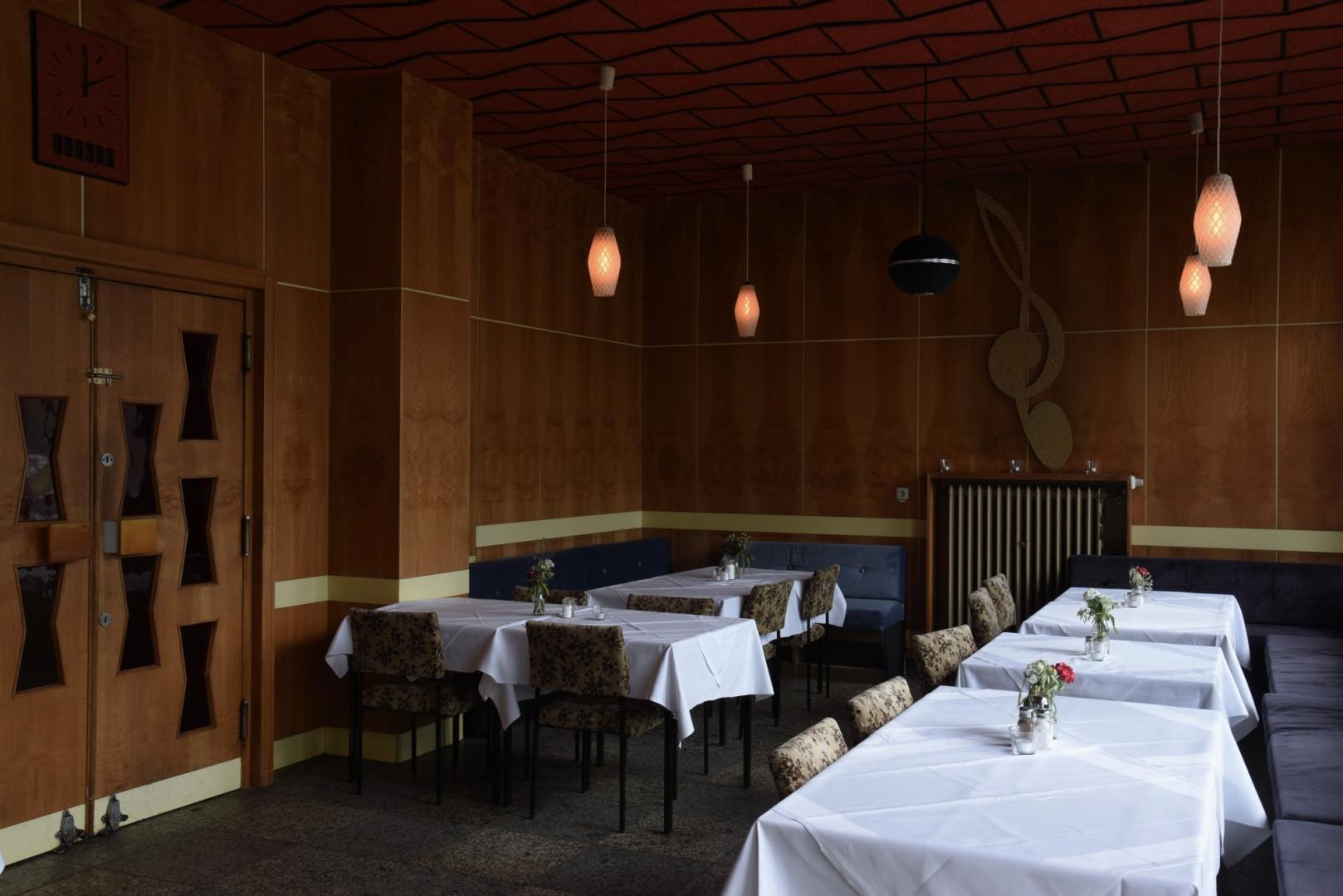 Молочный бар в Фанкхаусе (Milchbar im Funkhaus). Культовый молочный бар, вновь открывшийся в июле 2009 года, оформлен в духе восьмидесятых. Почти все детали интерьера находятся в первоначальном состоянии. Молочный бар представляет собой разновидность ресторана быстрого питания