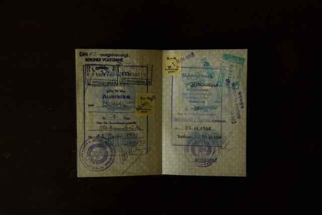 Паспорт гражданина ГДР. Только в середине 1980-х годов ГДР смягчён закон пересечении границы. Тем не менее поездки в свободные от блока государства, а также в западные страны оставались привилегией для многих граждан Германской Демократической Республики