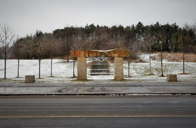 Входные ворота народного парка Пренцлауэр-берг в Берлине (Volkspark Prenzlauer Berg, Berlin). С 1960-х по 1980-е годы народный парк многократно расширял свои границы и модернизировался. Во второй половине 1980-х годов на территории парка был установлен памятник боевым группам ГДР
