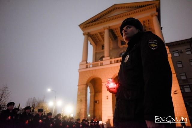 В Москве почтили память погибших сотрудников ОВД: фоторепортаж