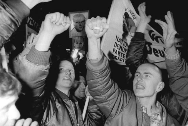 В ФРГ почти уравняли неонацистов с просто рассерженными гражданами