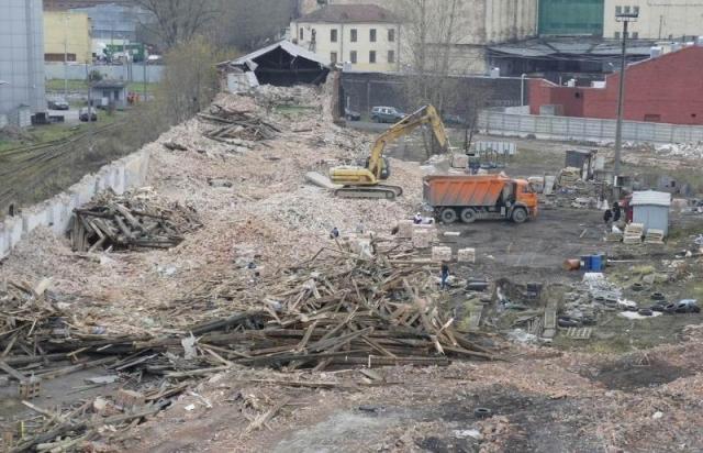 В Петербурге снесли бывшую «конюшню» омнибусов