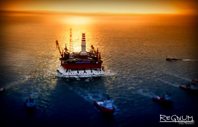 Нефть упала ниже $70 впервые с апреля, рубль дешевеет к доллару и евро