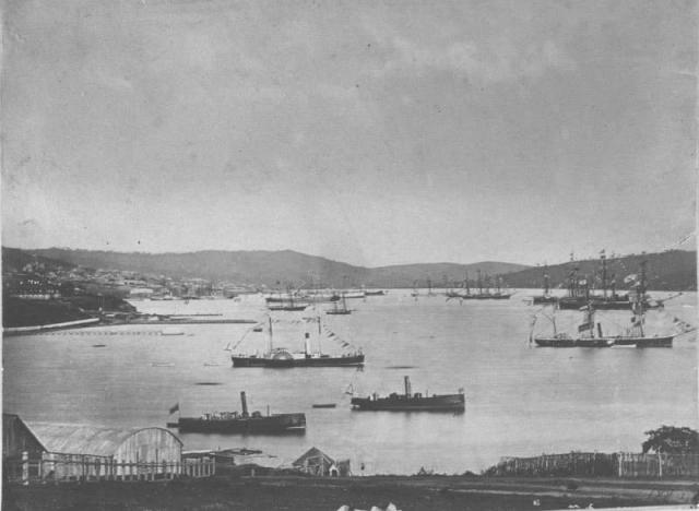Справа — броненосные фрегаты «Минин» и «Князь Пожарский» в бухте Владивостока. 1880