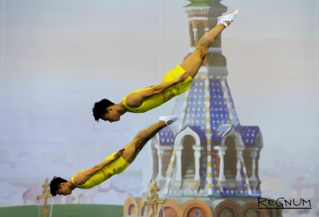 Выступление спортсменов в синхронных прыжках на Чемпионате мира 2018 года по прыжкам на батуте, в СКК «Петербургский»