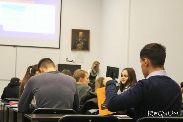 Студенты второго курса на лекции «Экономика предприятия»
