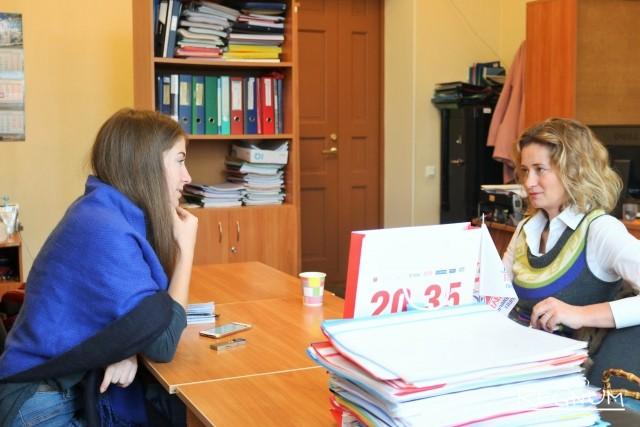 Мария Евневич общается с корреспондентом ИА REGNUM в преподавательской
