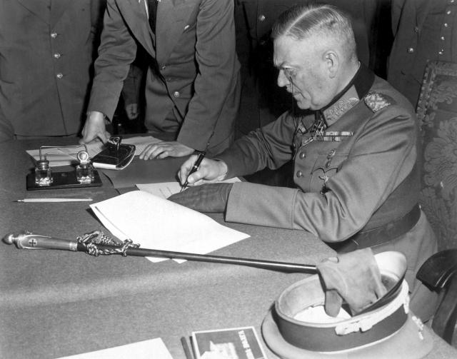 Кейтель подписывает капитуляцию в Карлсхорсте. 1945