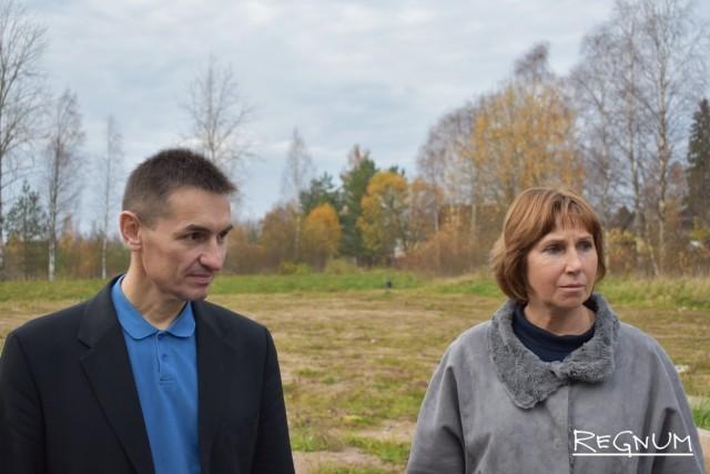 Защитник Олег Барсуков и Людмила Матвеева у несостоявшегося школьного стадиона