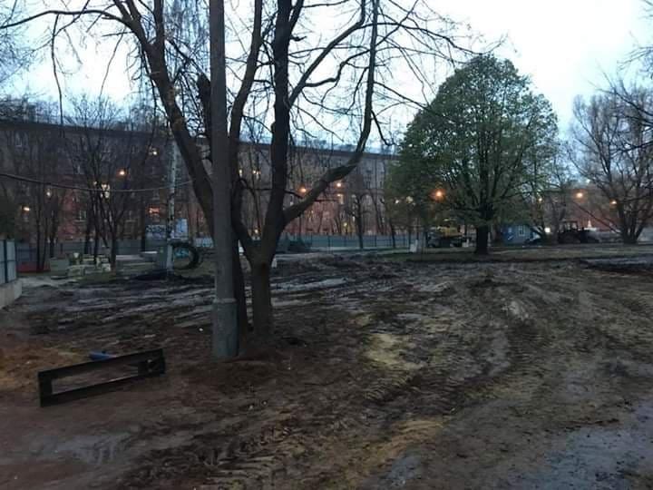 Внутри забора вместо детской площадки и зелени – развороченный строительной техникой грунт