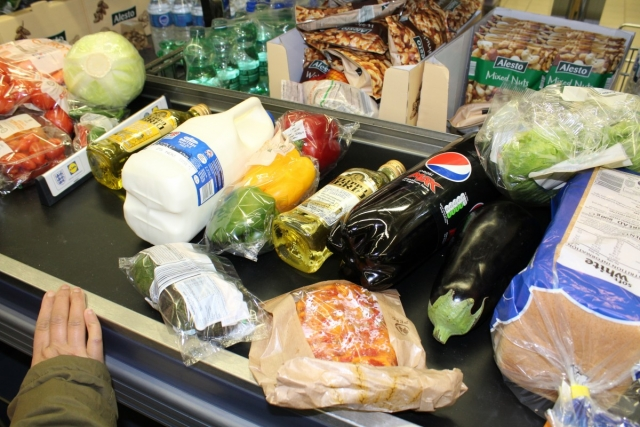 Эксперт: Потребкорзина – это профанация, а люди покупают товары по акциям
