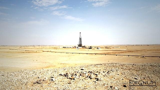 Нефтяная вышка в пустыне