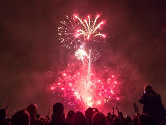 Фейерверки взорвались в толпе людей во время фестиваля в Мьянме
