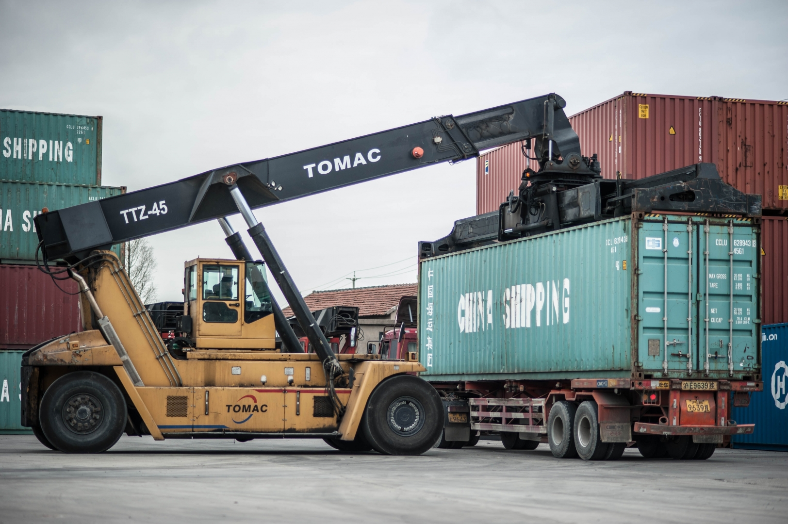 Погрузка контейнера на грузовик