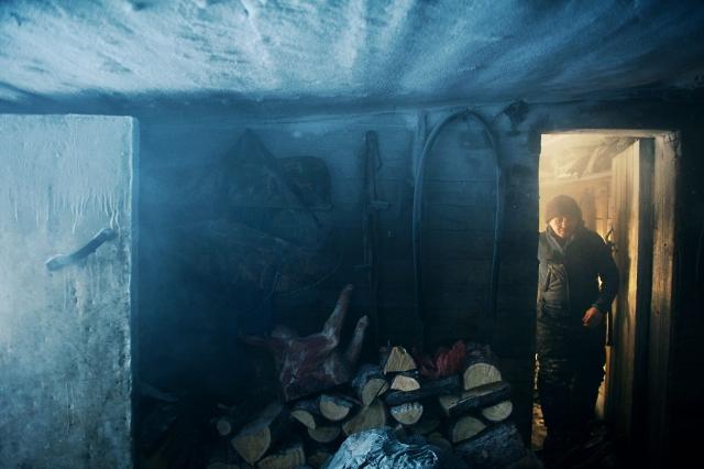 Князь выходит из теплого протопленного дома в хозяйственную обледеневшую часть постройки. Промысловые избушки находятся в 500–800 км севернее полярного круга. Суровые морозы могут достигать – 60 °С