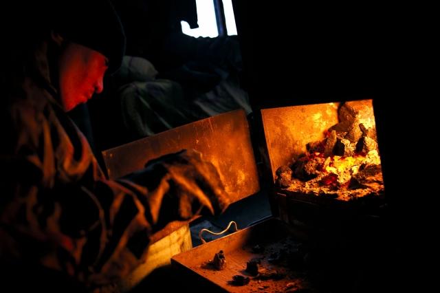 Печь топится углём. В тундре нет деревьев. Запасы угля на зиму привозят на барже по большой воде