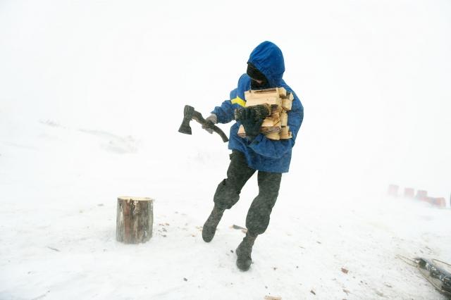 Шурик бежит с охапкой дров в дом, спасаясь от сильных порывов ветра. Из-за метели охотники не выезжали на промысел в течение трех дней