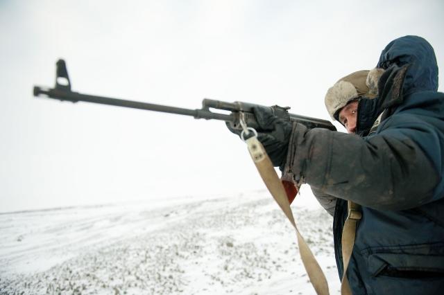 Николай Николаевич прицеливается из ружья