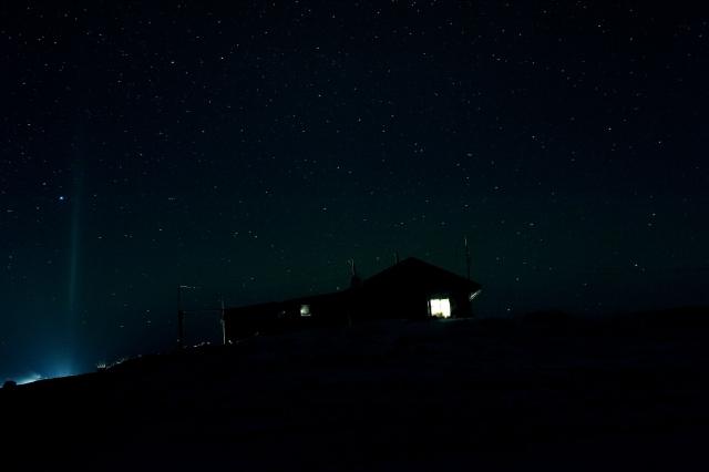 Охотники возвращаются затемно. Электричество в доме работает от дизельного генератора