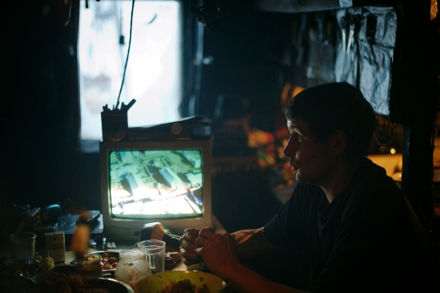 В избушках есть телевизоры и dvd-плееры. В свободное время охотники смотрят отвлекающие фильмы