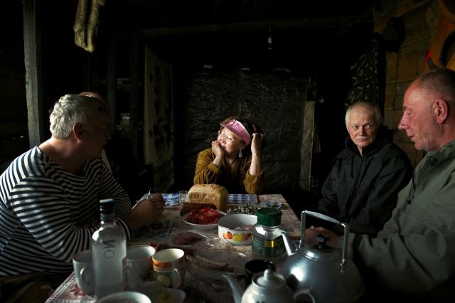 Охотники и рыбаки отмечают встречу у Владимира в его промысловом доме
